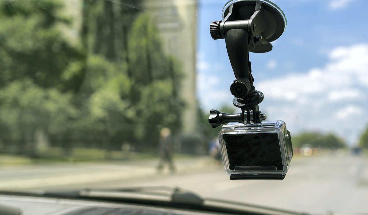 Une dashcam installée dans une voiture