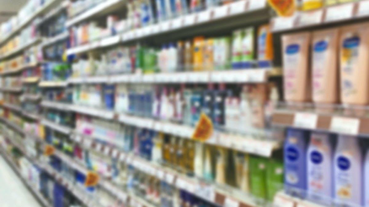 Un rayon de produits cosmétiques dans un supermarché