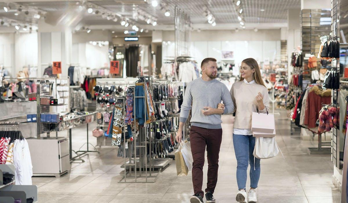 Un couple en vacances fait du shopping
