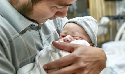 La durée du congé paternité va passer à 28 jours
