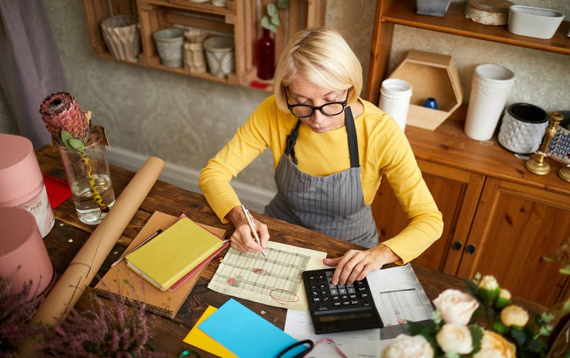 Une femme calcule combien il lui manque de trimestres pour prendre sa retraite à taux plein