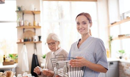 Retraite: vieillir chez soi coûte entre 584 et 1836 € par mois