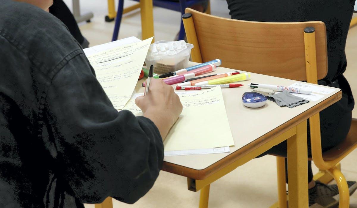 Bac, examen, lycéen, table, copie, stylos