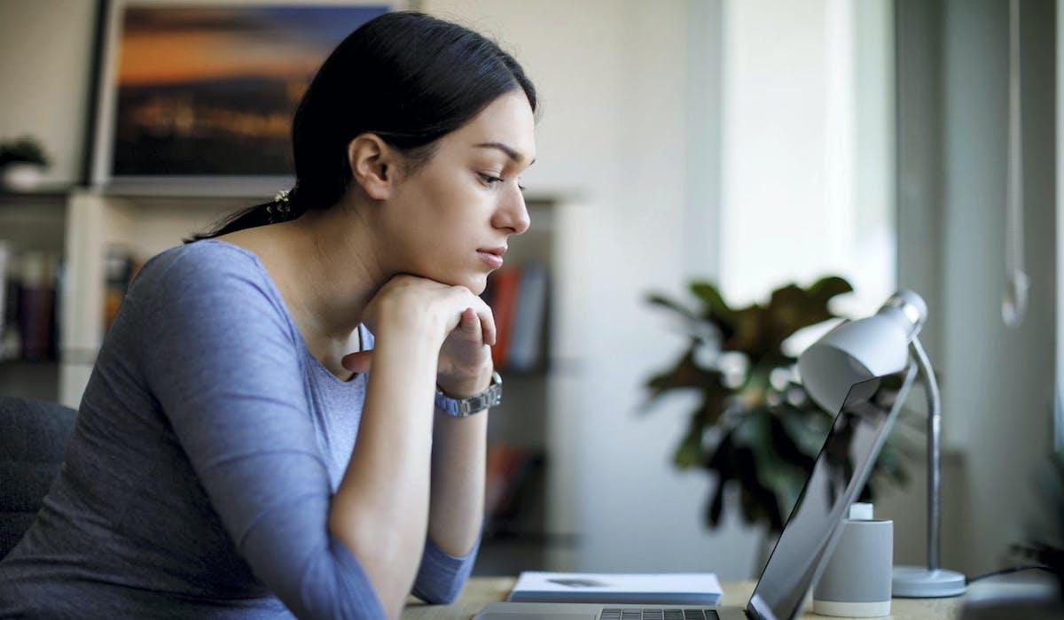 Jeune femme inquiète, bureau, ordinateur