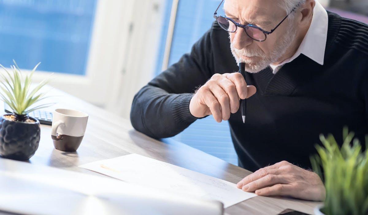 Pension de réversion : un veuf calcule le montant de ses revenus annuels.