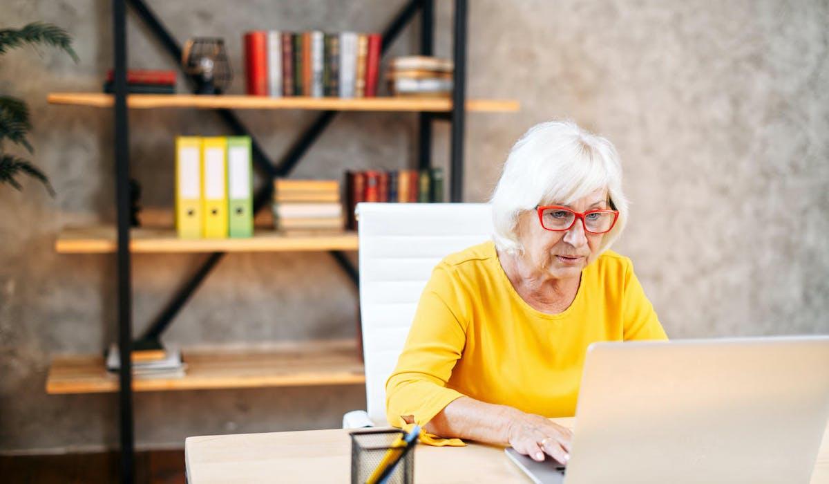Une veuve fait sa demande de pension de réversion par ordinateur