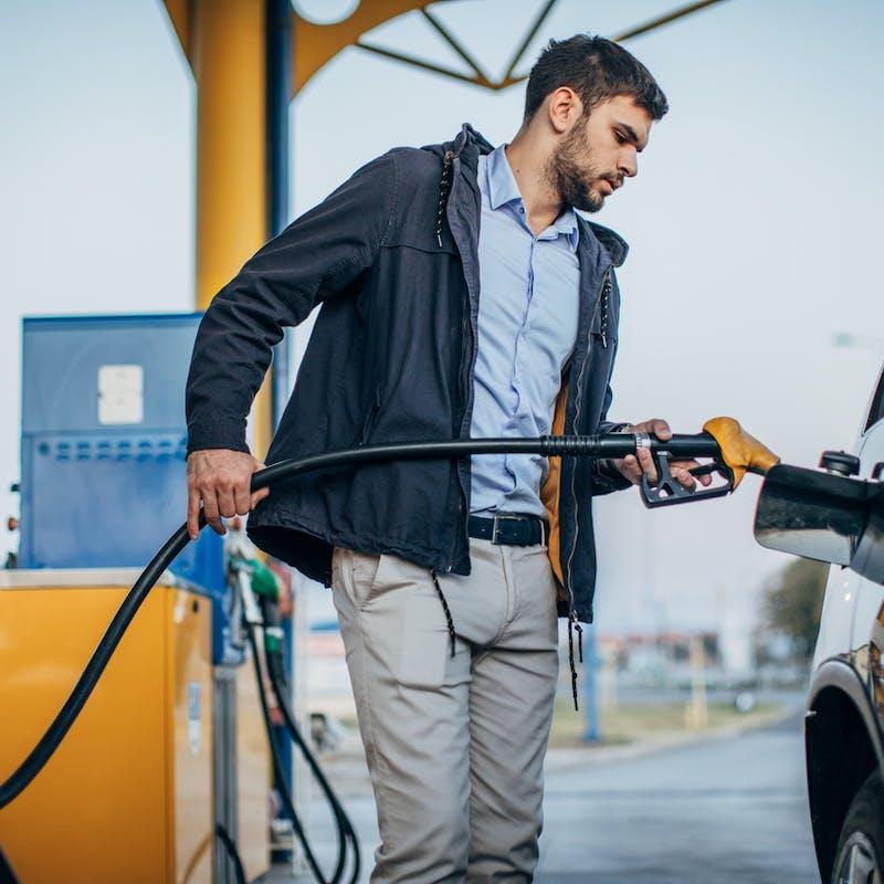 Les stations-essence vont bientôt afficher le prix du carburant au 100km