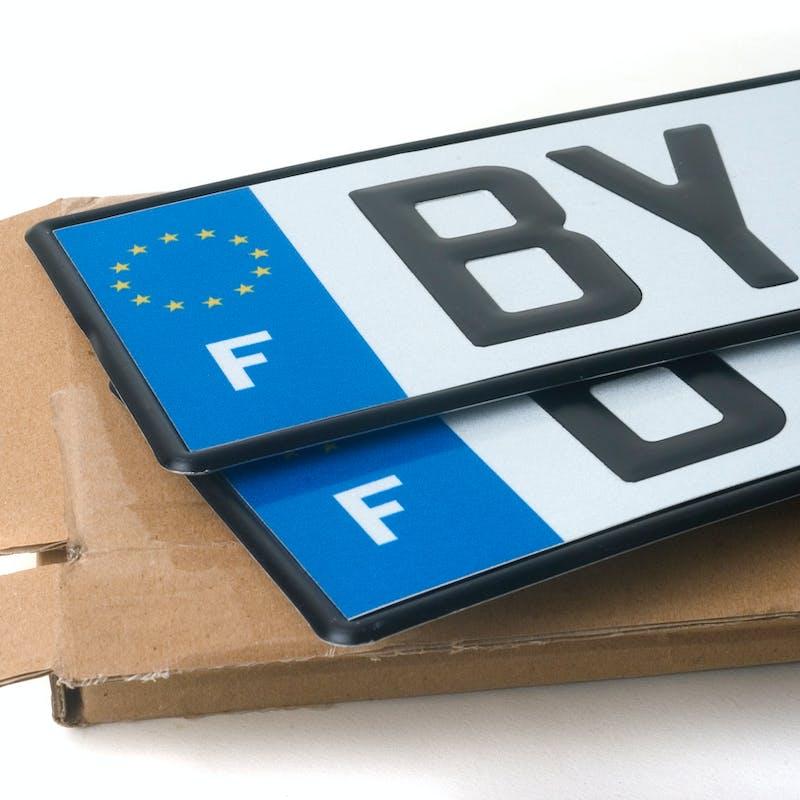 Auto : ajouter un autocollant sur une plaque d'immatriculation peut vous coûter 135€