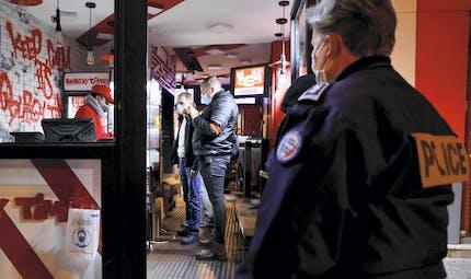 Fêtes, restaurants clandestins: la police peut-elle verbaliser les personnes présentes?