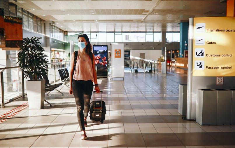 Femme, masque, bagage, marche, aéroport