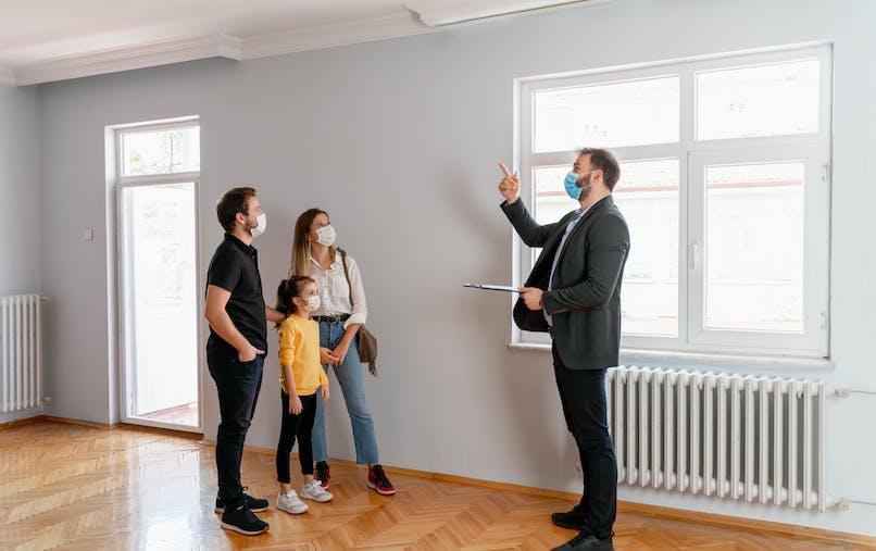 Homme, femme, petite fille, agent immobilier, appartement