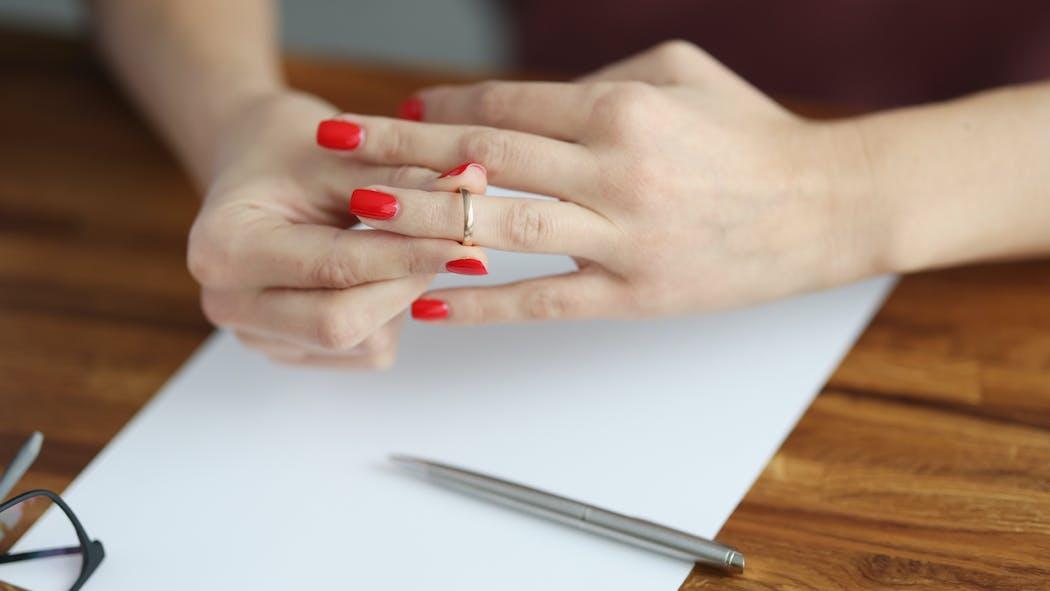Divorce: puis-je refuser que mon ex-conjoint(e) continue de porter mon nom de famille?