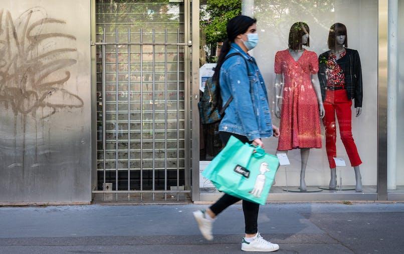 Magasin de vêtements fermé, passante, Paris