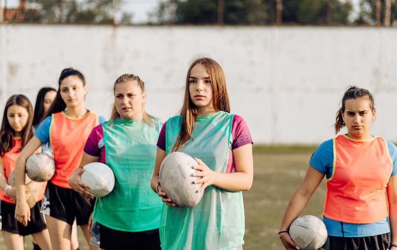 Jeunes filles, terrain, rugby