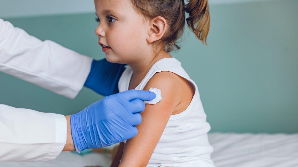 Enfant, petite fille, médecin, vaccin