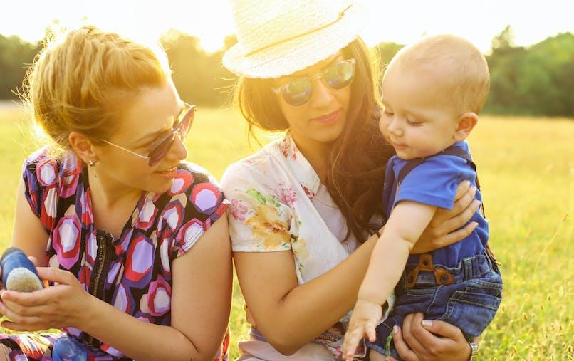 Deux femmes, couple, bébé, pelouse