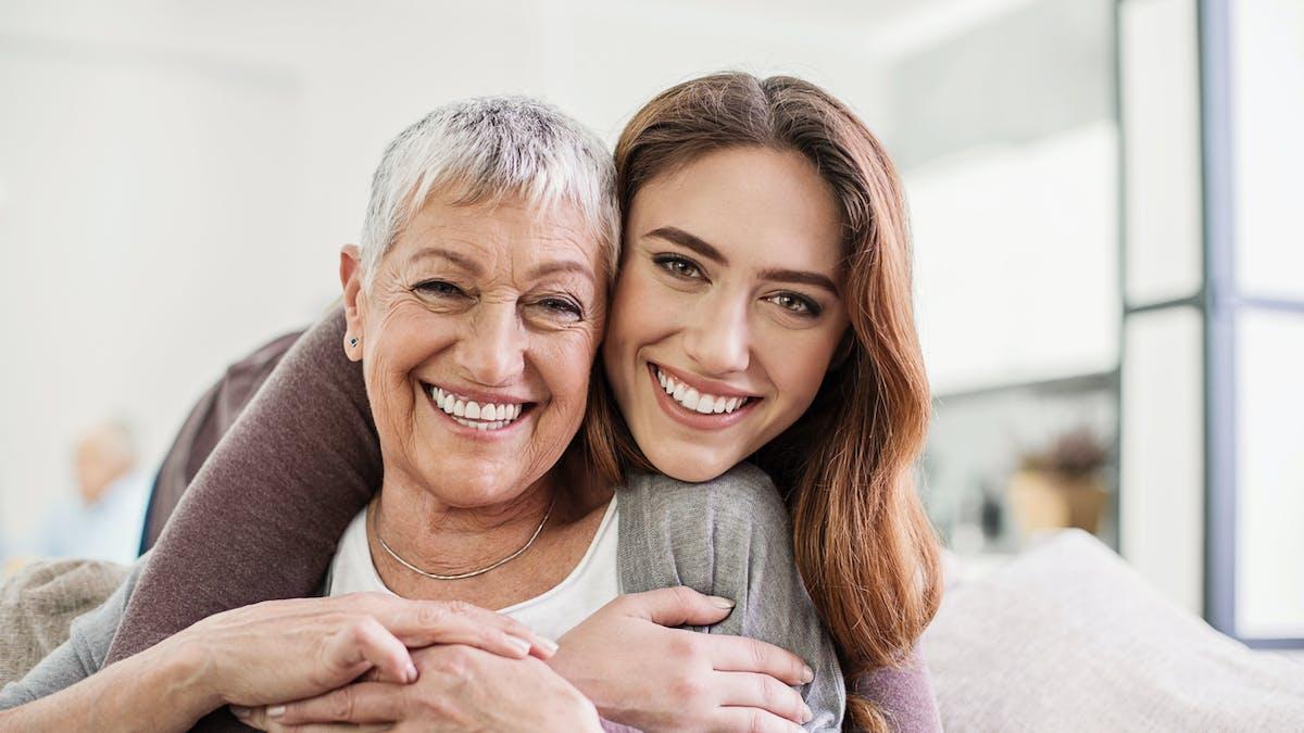 Femme âgée souriante, jeune femme souriante
