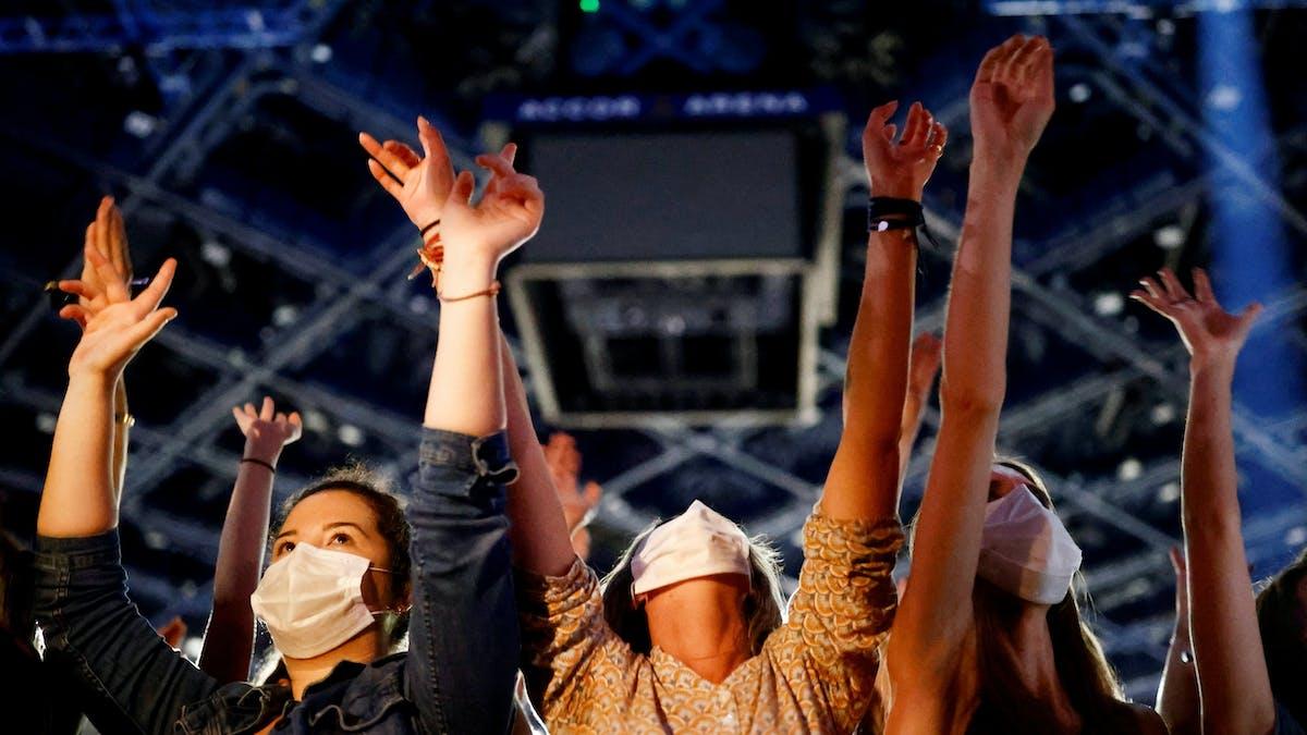 Spectateurs, bras levés, concert