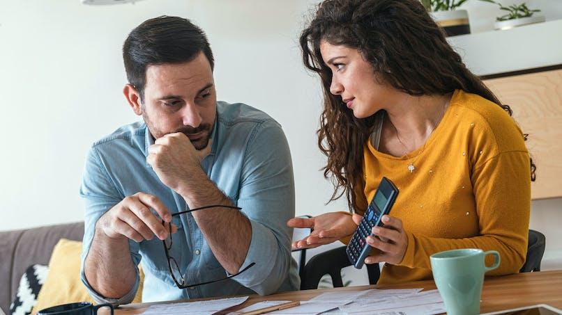 Couple, démarches administratives, discussion
