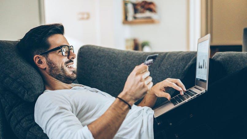Canapé, homme, souriant, ordinateur, carte bancaire