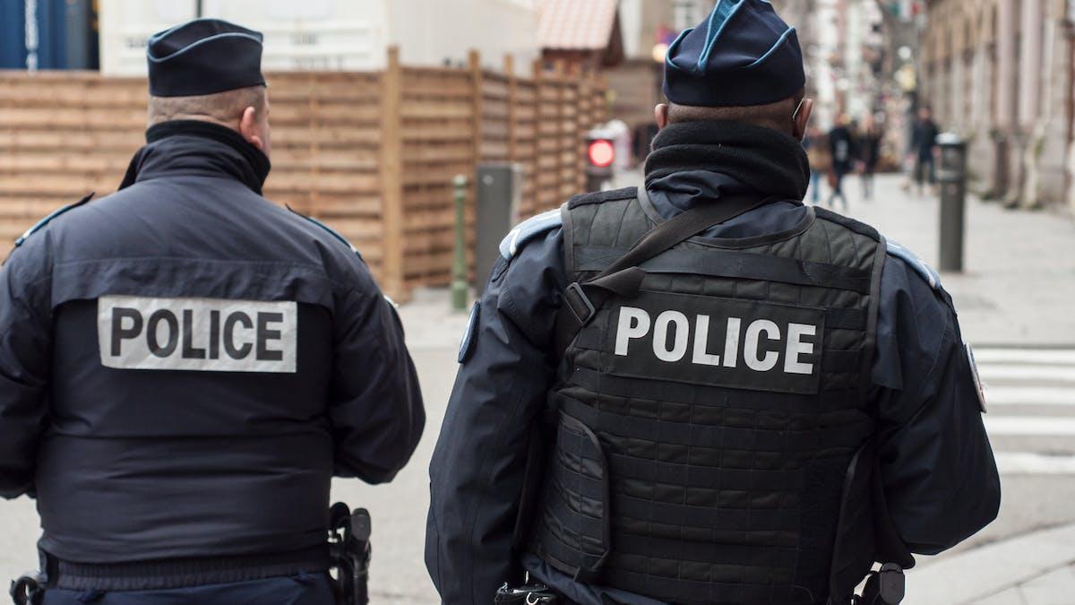 Police, deux policiers en uniforme, patrouille, rue