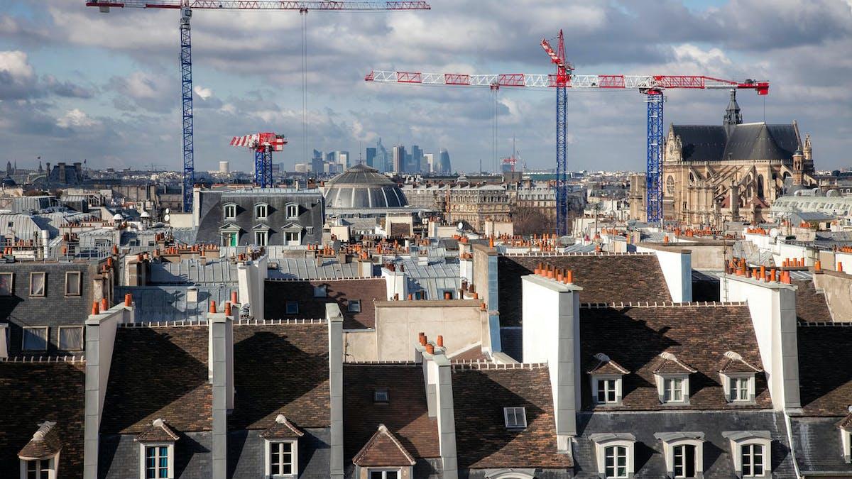 Immeubles, toits, grues, travaux