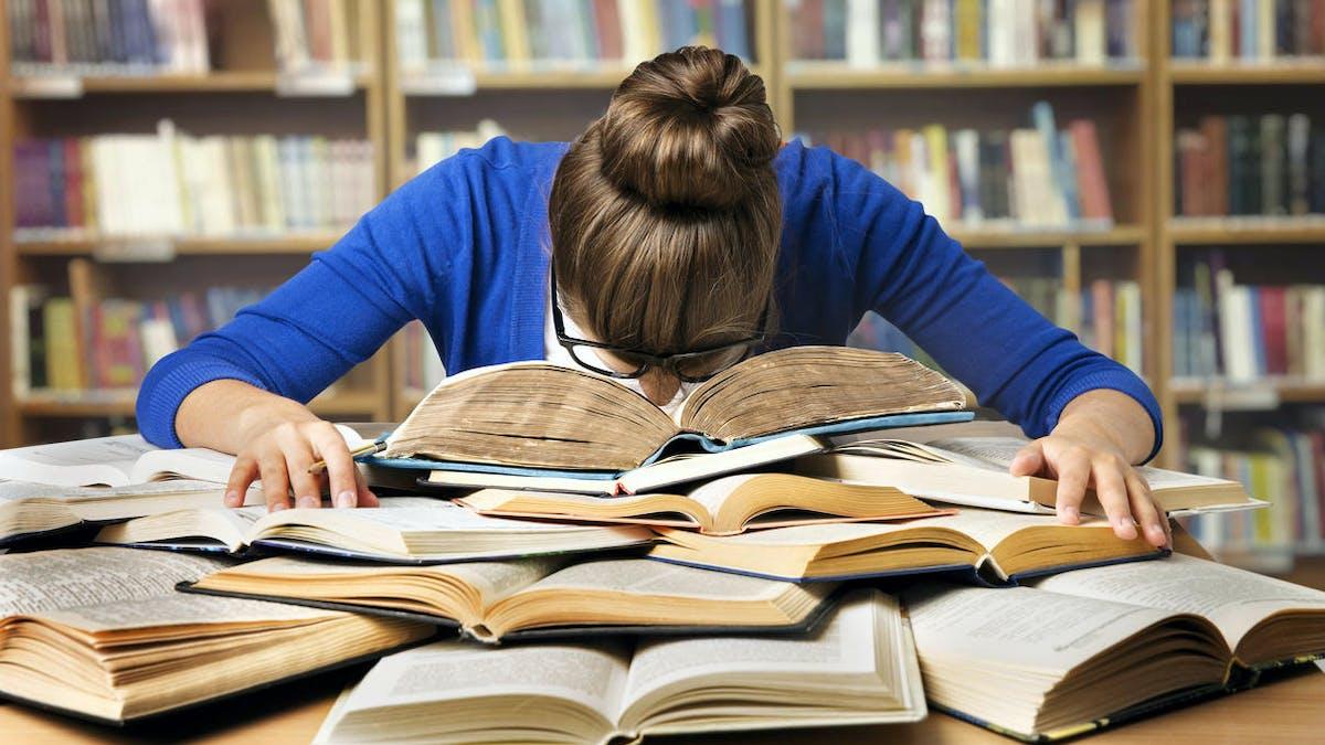 Bibliothèque, étudiante, épuisement