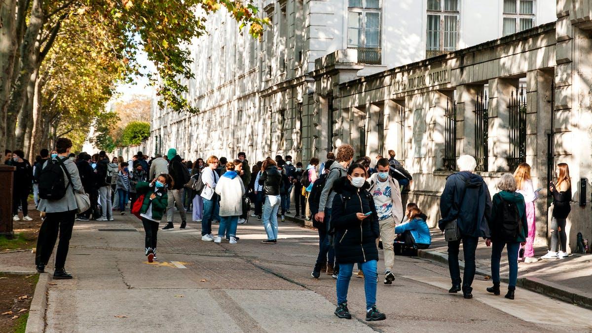 Lycée Victor Duruy, Paris, élèves, dehors
