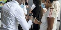Centre commercial, contrôle pass sanitaire, téléphone, clientes, vigile