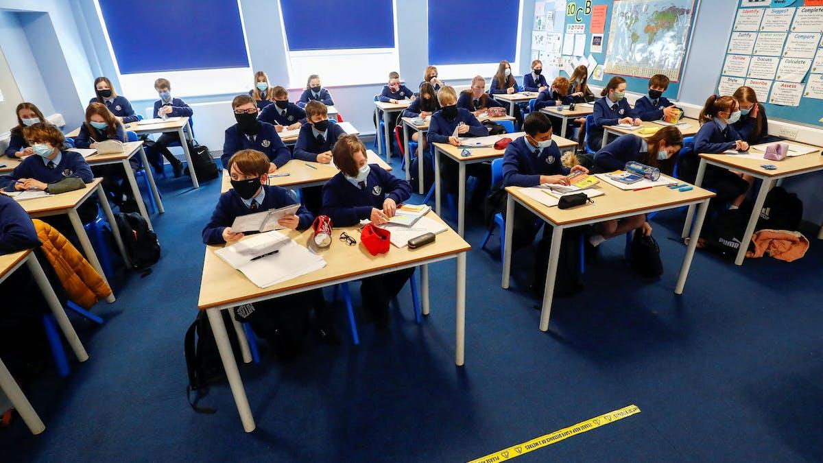 Classe, enfants, uniformes, tables, Angleterre