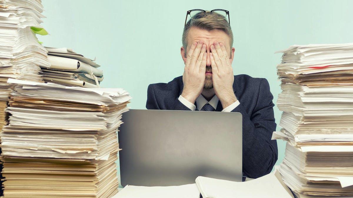 Piles de papier, homme, bureau, ordinateur portable