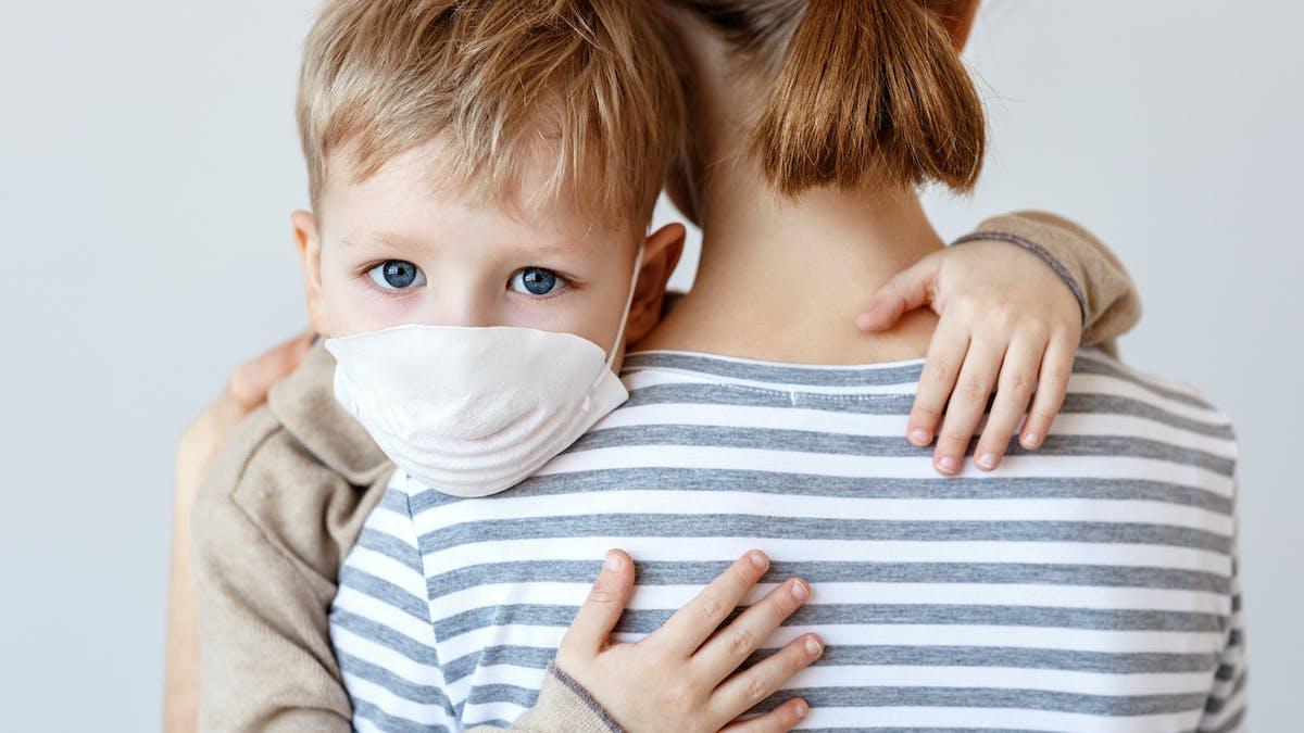 Enfant malade ou cas contact, école fermé : l'arrêt de travail ou le chômage partiel