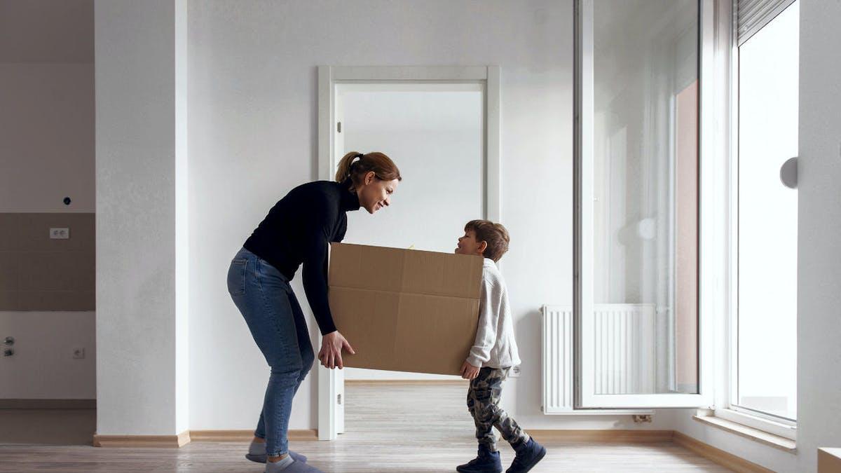 Mère, fils, appartement, canapé, déménagement
