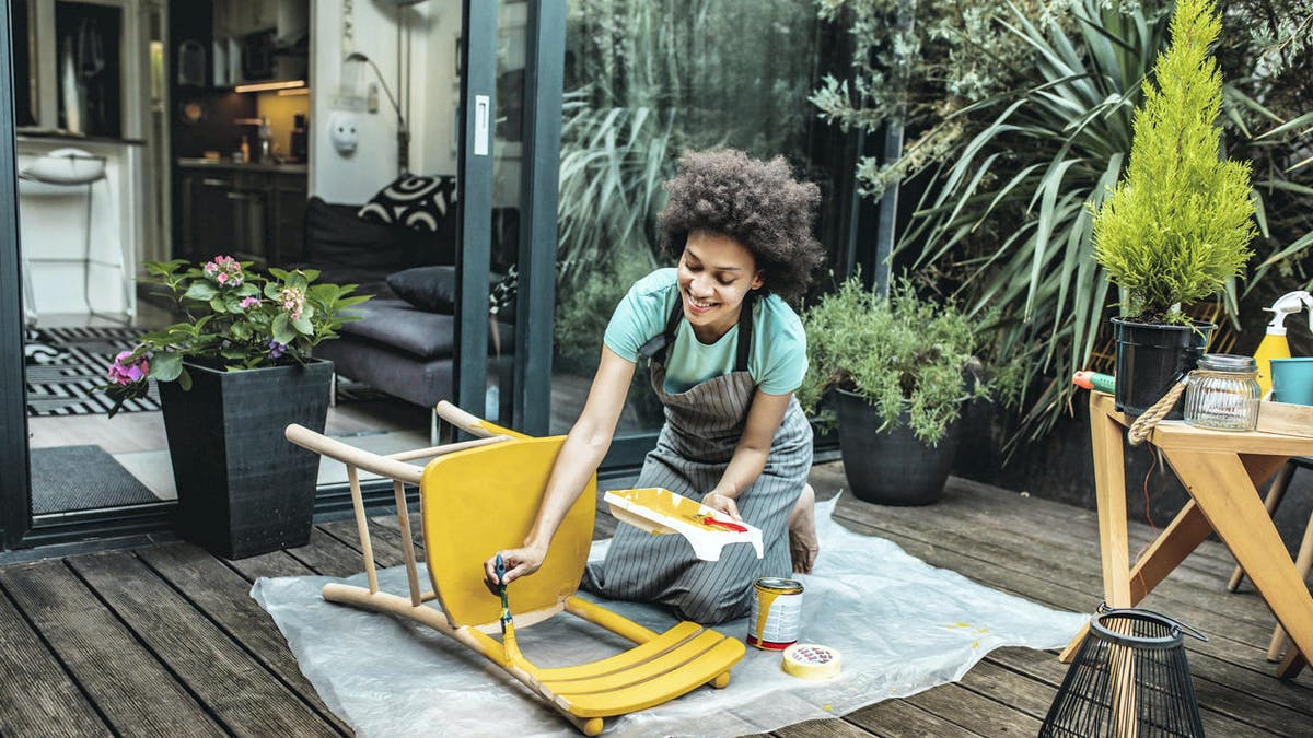 Jardin, cour, jeune femme, repeint une chaise