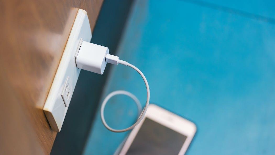 Apple, Samsung, Huawei… L'Europe veut imposer un chargeur de smartphone universel