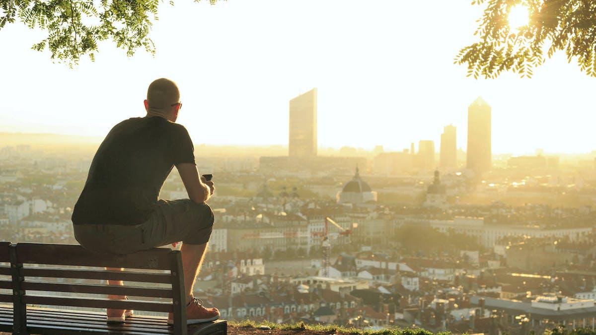 Ville de Lyon, jeune homme, banc, soleil, été