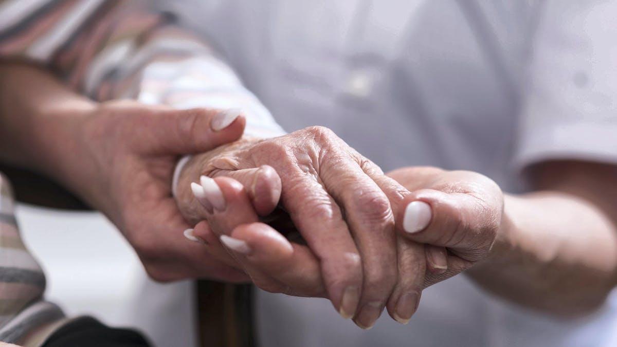 Personnes âgées, aidant, mains