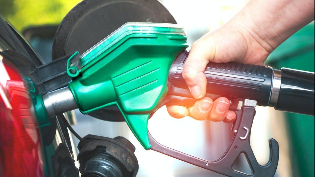 Station-service, pompe à essence, main, voiture
