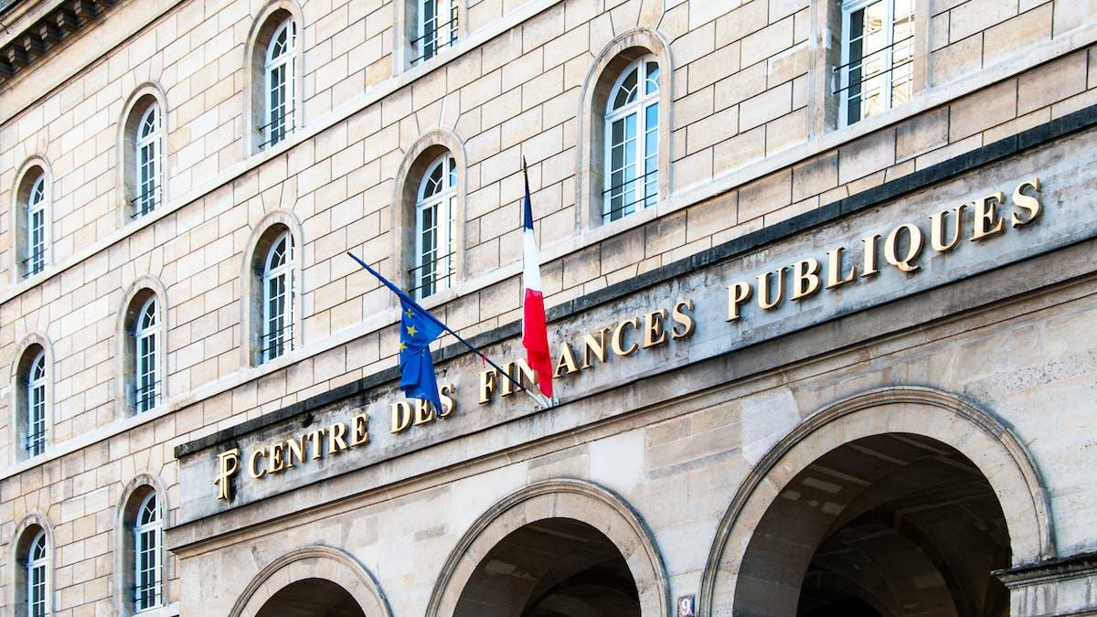 Centre des finances publiques, Paris, drapeau français et drapeau européen