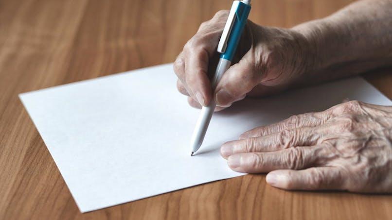 Une feuille blanche et un stylo pour rédiger un testament olographe